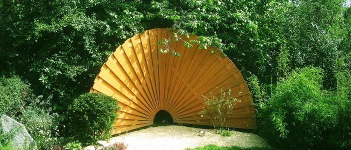 Sicht- und Windschutz aus Douglasienholz in Fächerform für den Garten
