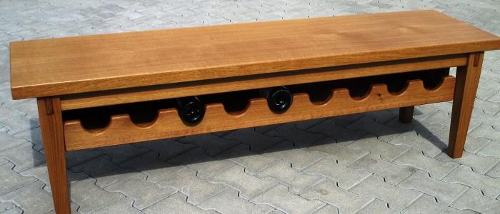 Zweckdesign Sitzmöbel mit Ablage für Weinflaschen aus Eichenholz aus der Holzwerkstatt Walter