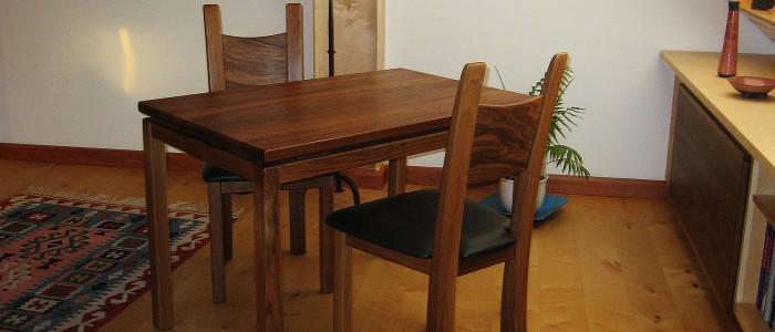 Edle Tisch und Stuhlgarnitur aus Nussbaum-Massivholz mit Nappalederbezug Möbelbau Schreinerei Holzwerkstatt Walter
