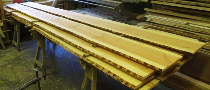 In der Holzwerkstatt Walter in Villingen Begutachtung von gelieferter Blockware