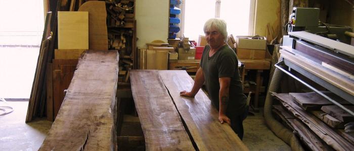 In der Holzwerkstatt Nussbaumholz / Blockware mit Schreinermeister Charly Walter